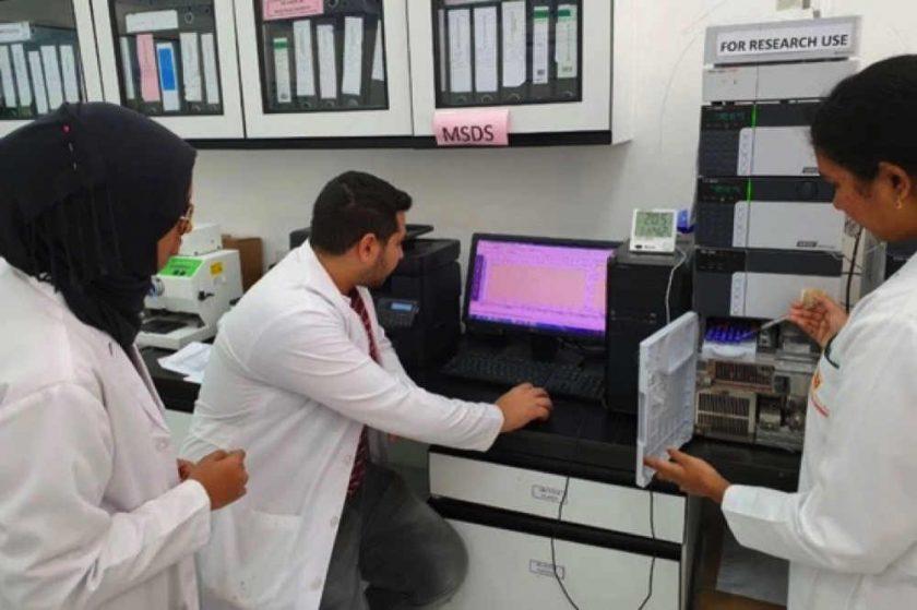 فريق بحثي من الأساتذة والطلاب بكلية الصيدلة جامعة الخليج الطبية