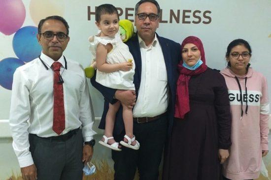 ريتال وعائلتها مع د. رافي دادلاني
