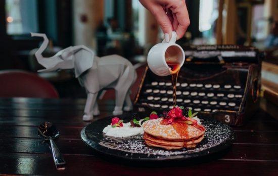 فارزي كافيه يطرح أول قائمة مستوحاة من وجبة التيفين لعطلة نهاية الأسبوع