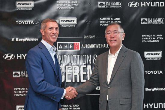 إدراج الرئيس الفخري لمجموعة هيونداي موتور في قاعة مشاهير السيارات