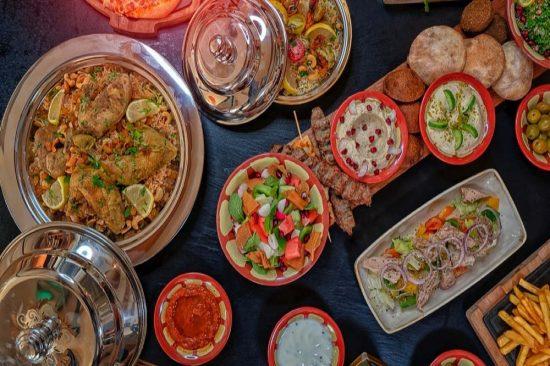 مفهوم جديد يقدّم للضيوف مأكولات شرقية تقليدية وعروض ترفيهية مميزة