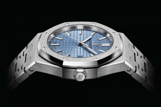 A NEW ROYAL OAK FROSTED GOLD SELFWINDING MODEL IN 34 MM